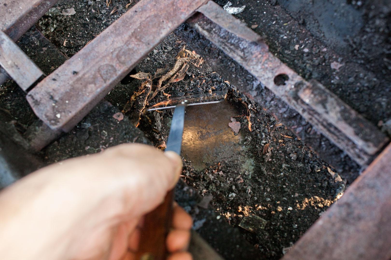 gas_grill_clean_06_interior_scrape
