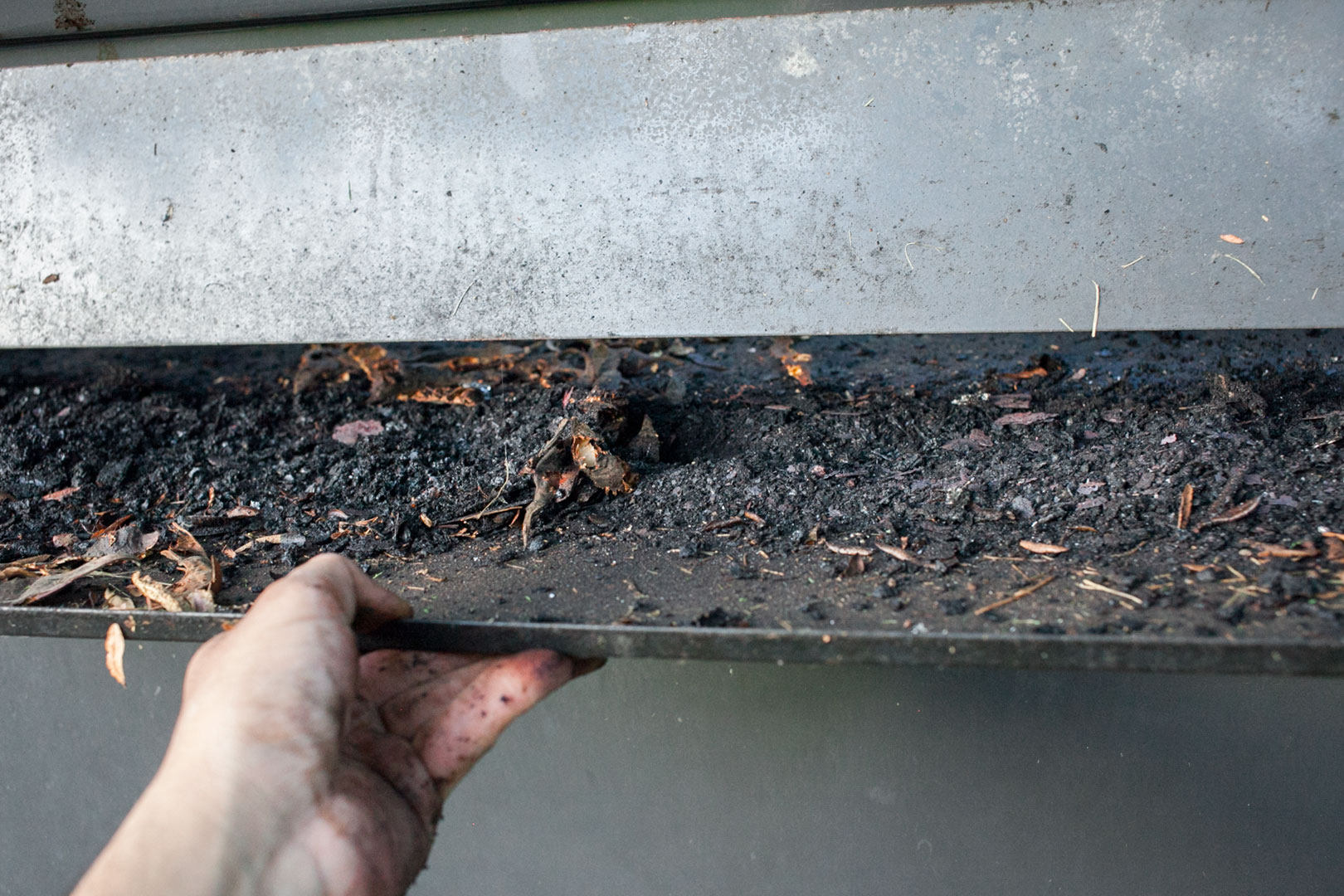 gas_grill_clean_07_catch_tray