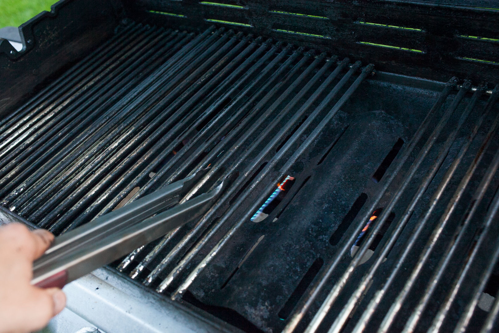 gas_grill_clean_09_blue_flames